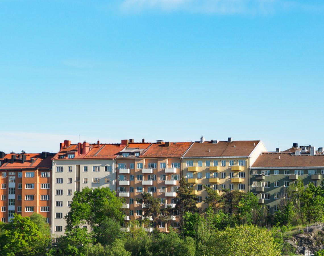 Lägenhetshus i Stockholm mot blå himmel