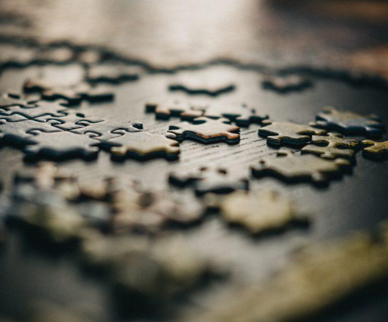 pusselbitar på ett bord