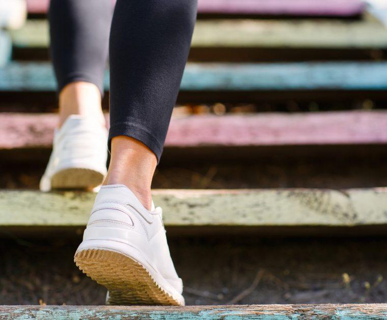 Går upp för färgglad trappa